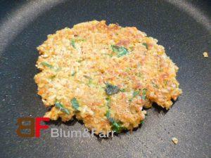 Entweder mit einer Burgerpresse oder von Hand runde Stücke à ca. 70 g formen.