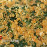 Die gegarte Gemüsemasse zusammen mit Ei, Paniermehl und Maultaschengewürz in der Küchenmaschine fein nochmals fein häckseln bzw. emulgieren (fertige Gemüsemasse).