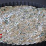 Für die Füllmasse die weich gekochten Sellerie- und Karottenstücke (leicht abgekühlt), den Spinat, das Dinkelmehl, die Eier, die Gemüsebasis, das Maultaschengewürz, das Backpulver, das Rapsöl und 50 g vom Gemüsesud mit dem Rührgerät (Knethaken) zu einem Teig kneten.