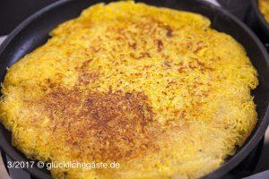 Rapsöl in der Pfanne erhitzen und die Kartoffelmasse als Fladen auf beiden Seiten goldgelb ausbacken.