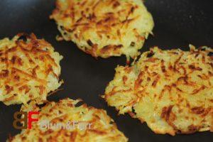 Rapsöl in der Pfanne erhitzen und die Kartoffelmasse als Küchlein auf beiden Seiten goldgelb ausbacken.