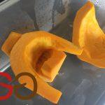 Kürbis halbieren / vierteln und ggf. achteln und das innere weiche kernige Fruchtgeflecht mit einem Esslöffel herausheben. Den Kürbis in ca. 2 cm große Stücke schneiden.  Hinweis: gelbe und grüne Hokkaido-Kürbisse können mit der Schale verarbeitet werden.