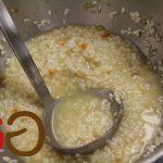 Das vorbereitete Risotto mit einer Kelle in die Pfanne geben einmal aufkochen und unter gelegentlichem Rühren köcheln lassen, bis der Reis die Flüssigkeit aufgenommen hat.