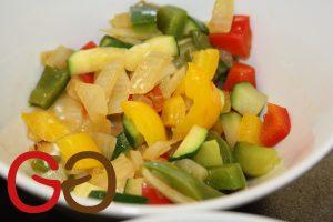 Paprika und Zucchini waschen und in ca. 1x1 cm kleine Würfel schneiden. Zwiebel schälen und in ca. 1x1 cm kleine Würfel schneiden.