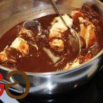 Margarine und Schokolade in einem Topf schmelzen lassen.