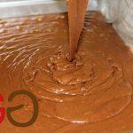 Backofen auf 150°C vorheizen (keine Umluft). Die Backform (sollte mindestens 6 cm hoch sein) mit der Margarine gut einfetten und den Teig gleichmäßig verteilen (nicht höher als 3 cm!).