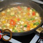Das Fleisch direkt auf die warmen Teller im Backofen legen. Das Gemüse ca. 2 Minuten weiterköcheln lassen und dann ebenfalls auf die Teller zum Fleisch in den Backofen legen.