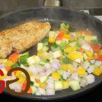 Das restliche Olivenöl in die heiße Pfanne geben. Die Gemüsebasis dazugeben und unter Rühren ca. 1 Minute anrösten. Das geschnittene Gemüse dazugeben und kurz mitrösten. Mit dem Wasser ablöschen und kurz aufkochen.