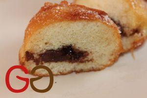 Auf einem Rost abtropfen lassen. Mit einer Spritztülle Schokocreme, Vanillecreme oder Marmelade einfüllen. Die Berliner in Zucker wenden.