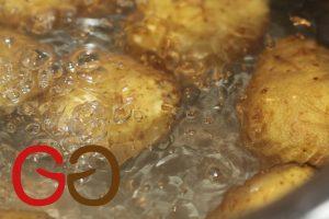 Die Hälfte der Kartoffeln mit der Schale waschen und in kochendem Wasser mit Deckel ca. 20 Minuten kochen. Mit kaltem Wasser ablöschen und warm schälen.