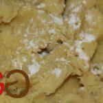 Die rohen, geriebenen Kartoffeln vom Geschirrtuch in eine zweite Schüssel geben. Salz, Eigelb und Kartoffelstärke dazugeben.