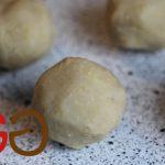 Aus der Kartoffelmasse mit den Händen 7 Klöße zu je ca. 70 g formen.