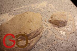 Teig auf eine mit Mehl bestäubte Arbeitsplatte geben. 125 g-Stücke abstechen.