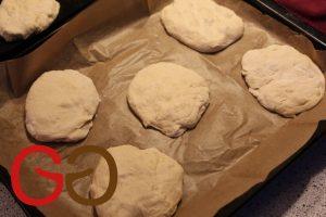 Teig auf eine mit Mehl bestäubte Arbeitsplatte geben. 150 g-Stücke abstechen.