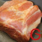 Das Fleisch mit dem Smoky Rub kräftig einreiben (marinieren) und mindestens 1 Stunde gekühlt ruhen lassen.