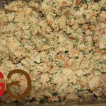 Brotstücke, verquirlte Eier, Milch, Petersilie und angeröstete Gemüsebasis gut vermengen und ca. 1 Stunde ziehen lassen.