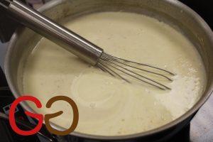 Soße in ein hohes Gefäß schütten (z.B. Meßbecher) und mit dem Pürierstab glatt pürieren.