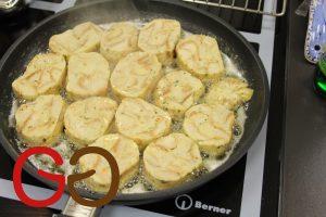 Gebraten servieren: Die Knödel nach dem Kochen auskühlen lassen. Folie oder Tuch entfernen. Die Knödel in ca. 2 cm dicke Scheiben schneiden. Die Knödelscheiben in Butter oder Öl anbraten.
