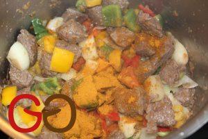 Zwiebeln, Paprika und Indian Curry dazugeben und weitere ca. 3 Minuten unter gelegentlichem Rühren mitrösten.
