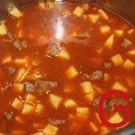Mit dem Wasser auffüllen, Kartoffeln dazugeben, aufkochen und ca. 30 Minuten bei schwacher Hitze köcheln lassen.