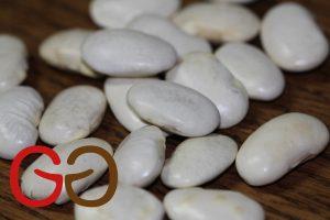 Getrocknete Dicke Bohnen für 12 Stunden im Wasser einweichen bzw. quellen lassen.