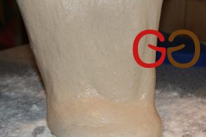 Arbeitsfläche mit Mehl bestreuen und den dünnflüssigen Teig darauf ausbreiten.