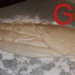Arbeitsfläche mit Mehl bestreuen und den sehr dünnflüssigen Teig darauf ausbreiten.