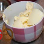 Margarine in einer Tasse erwärmen bis sie fast flüssig ist.