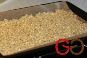 Die Keksmasse auf einem Backblech mit Backpapier mit einer Gabel ca. 1 cm dünn verteilen und bei ca. 180°C ca. 30 Minuten goldbraun backen.