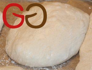 Teigstücke je 80 g bis 120 g abstechen und auf das vorbereitete Backblech legen und ausbreiten lassen.