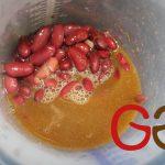 Die gekochten Bohnen und ca. die Hälfte der noch vorhandenen Kochflüssigkeit in einen Meßbecher geben und pürieren. (Bei 100 g fertig gekochten Bohnen ca. 40 g Kochflüssigkeit).