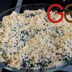 In die Auflaufform abwechselnd Lasagne-Platten, Spinatfüllung, Käse aufschichten. Die oberste Käseschicht etwas andrücken.