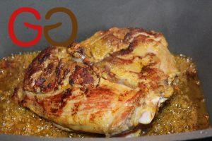 Rapsöl (für die Soße) in einem Bräter erhitzen und den marinierten Braten von jeder Seite kross anbraten. Bratenstück entnehmen und zur Seite legen.