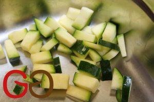 Paprika und Zucchini waschen und in ca. 1x1 cm große Stücke schneiden.